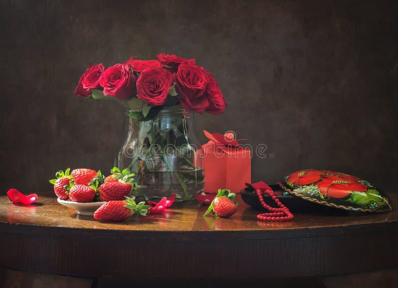 Stillleben mit roten Rosen für Valentinstag lizenzfreie stockbilder