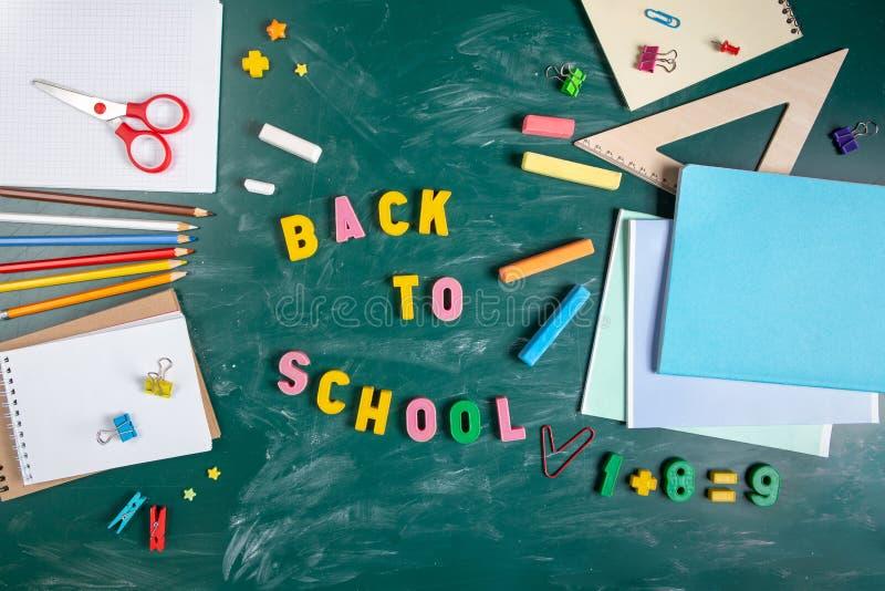 Stillleben mit Schulbedarf Tafel in der Kreidetafel Notizbücher, Notizbücher, Filzstifte, farbige Bleistifte bunt lizenzfreies stockfoto