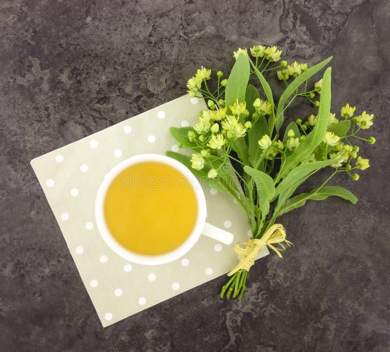 Stillleben mit Tasse Tee und Blumenblumenstrauß Flache Lage lizenzfreies stockfoto