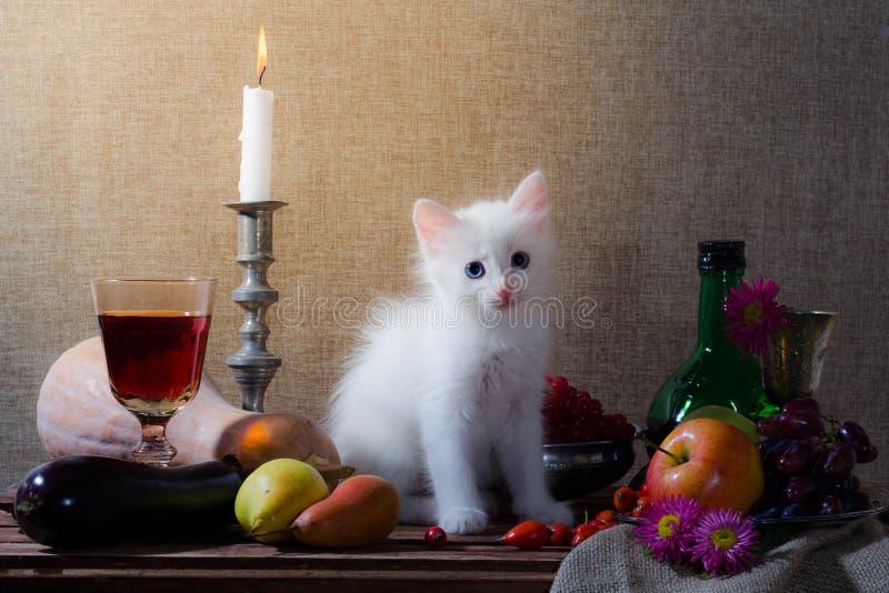 Stillleben mit weißem Kätzchenkürbistraubenhunderosen-Grün bottl stockfotografie