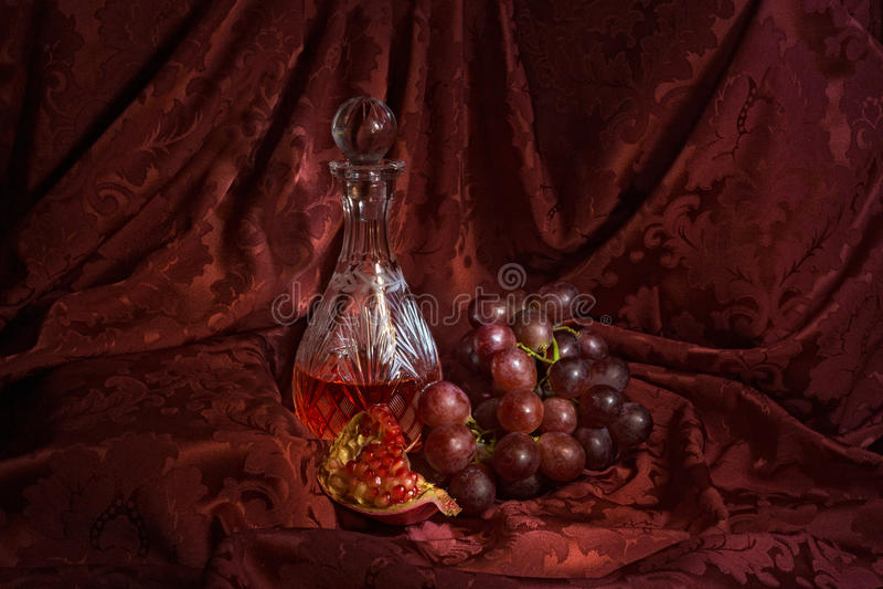 Stillleben mit Wein, Trauben und Granatapfel lizenzfreies stockfoto