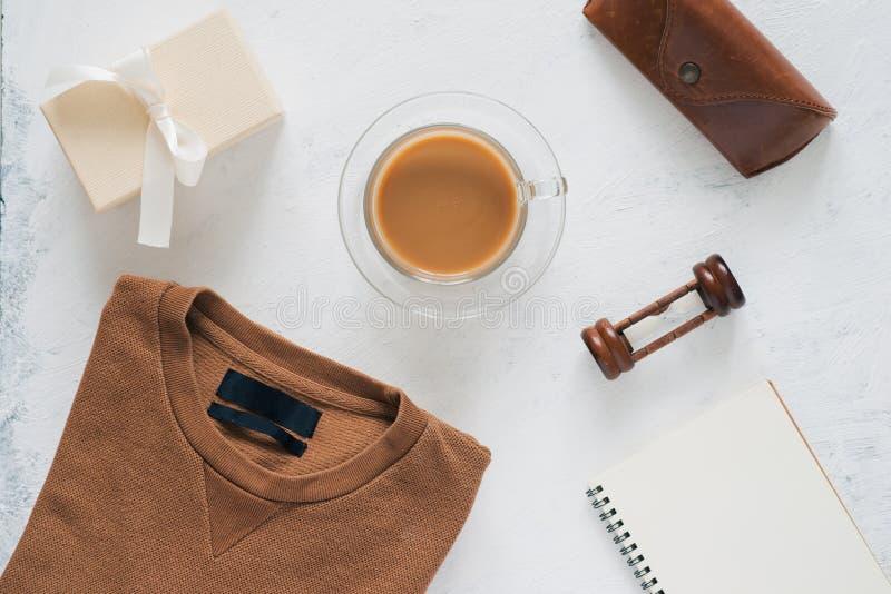 Stillleben, Mode, Geschäft, Vater ` s Tageskonzept T-Shirt und Rahmen für Vatertag ` s Gruß auf weißem Hintergrund vorgewählt lizenzfreie stockfotos