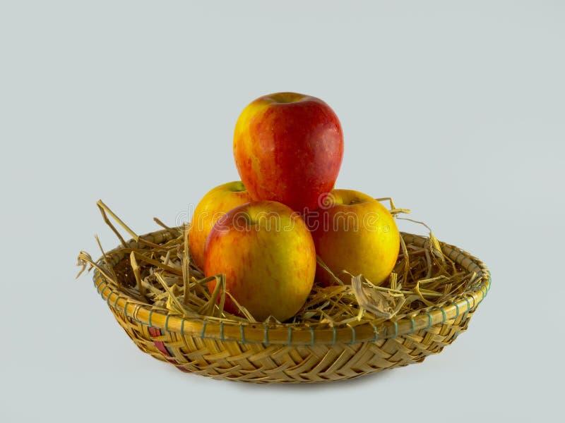 Stillleben von Äpfeln im Korb auf weißem Hintergrund lizenzfreie stockfotos