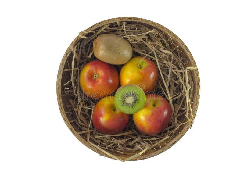 Stillleben von Äpfeln im Korb lokalisiert auf weißem Hintergrund, Stillleben von Äpfeln im Korb lokalisiert auf weißem Hintergrun lizenzfreie stockfotos
