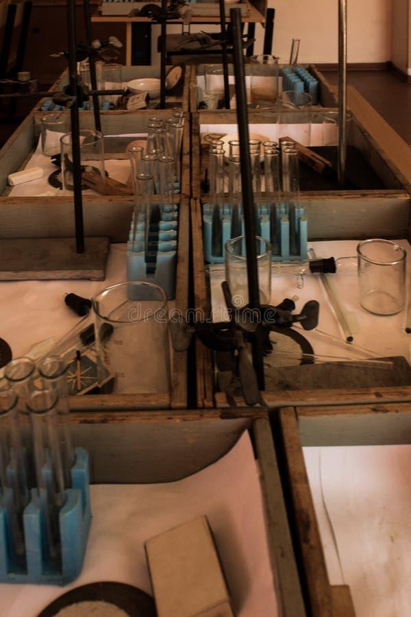 Stillleben von chemischen Laborflaschen und von Reagenzgläsern stockbild