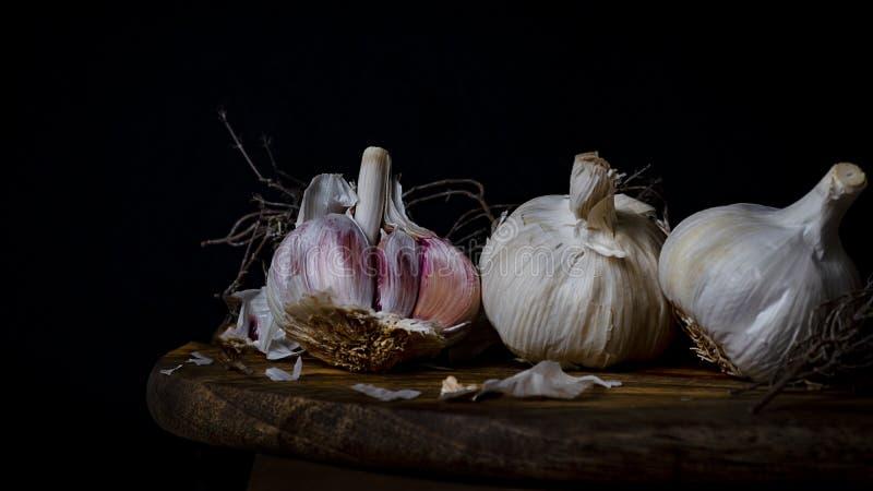 Stillleben von drei K?pfen Knoblauch auf einem Holz stockfotografie