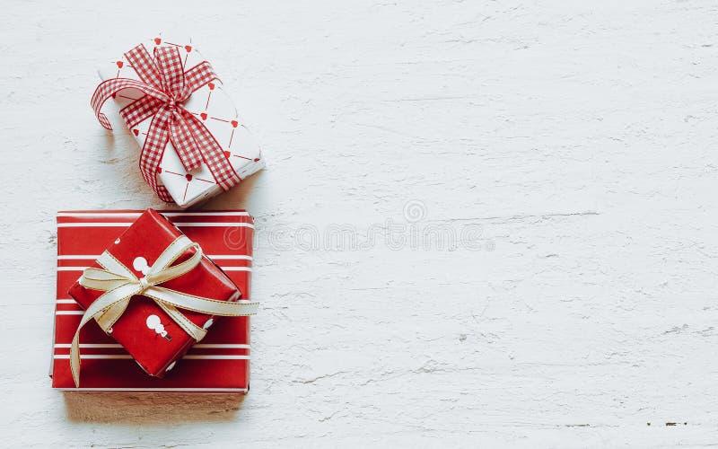 Stillleben von Geschenkboxen der frohen Weihnachten und des guten Rutsch ins Neue Jahr übersteigen stockfotos