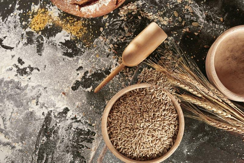 Stillleben von Ohren des Weizens, der Samen und des Mehls lizenzfreies stockbild