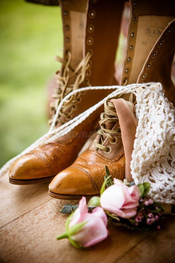 Stillleben von Stiefeln und von Blumen lizenzfreies stockfoto