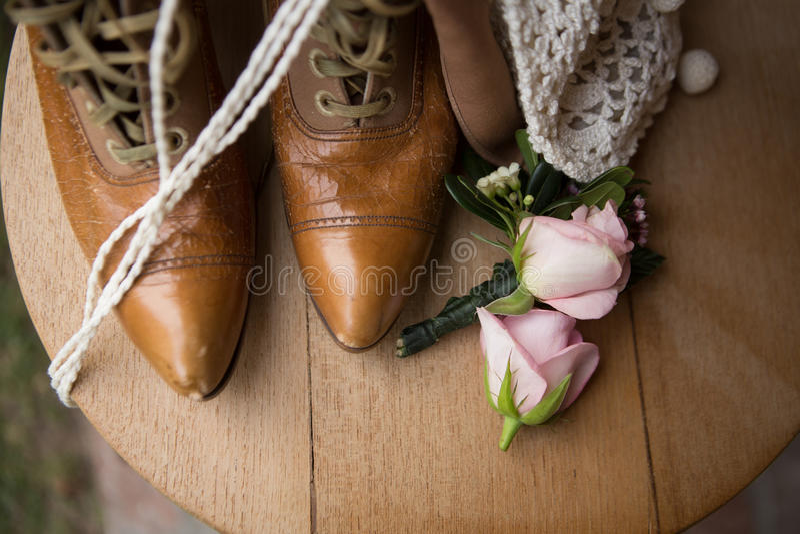 Stillleben von Stiefeln und von Blumen lizenzfreie stockbilder