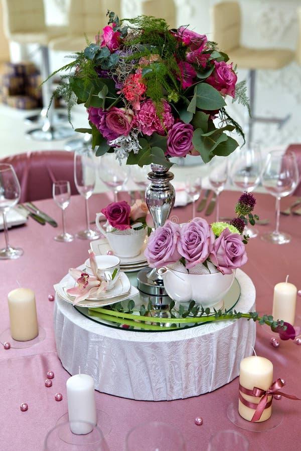 Stilllebenhochzeit Tabelleneinstellung an einem Hochzeitsempfang stockbilder