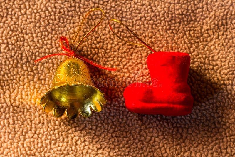 Stilllebenschaumsocke mit Glockenplastik auf Gewebeweihnachten stockfotografie