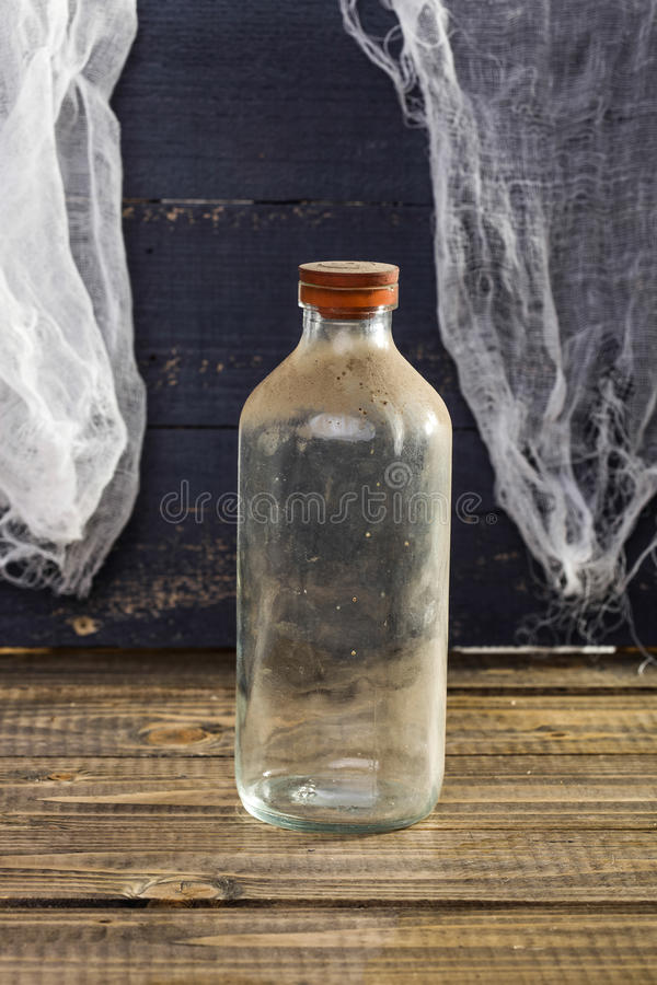 Stilllebenstaubige Glasflasche lizenzfreies stockbild