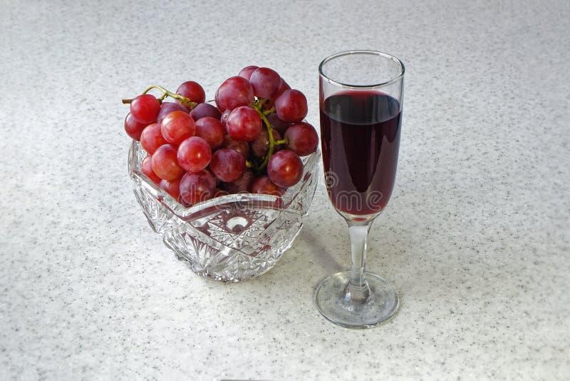 Stilllebenvase mit Trauben und einem Glas Wein stockbilder