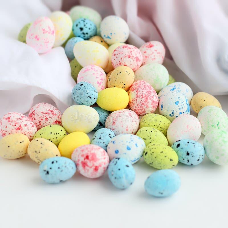 Stilllife da Páscoa Ovos coloridos foto de stock