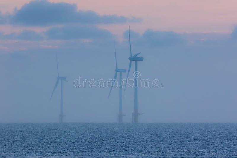 Stillsam miljöplats på havet Nolla för turbiner för lantgård för frånlands- vind royaltyfria bilder