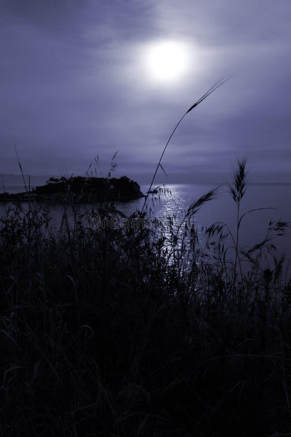 Stillsam moon över det Aegean havet royaltyfri fotografi