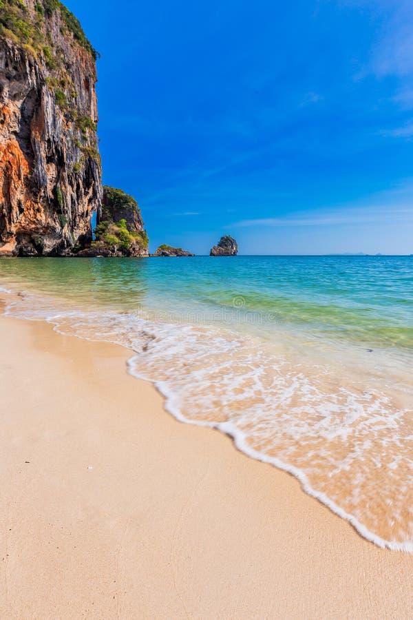 Stillsam Railay strand i Krabi, söder av Thailand fotografering för bildbyråer