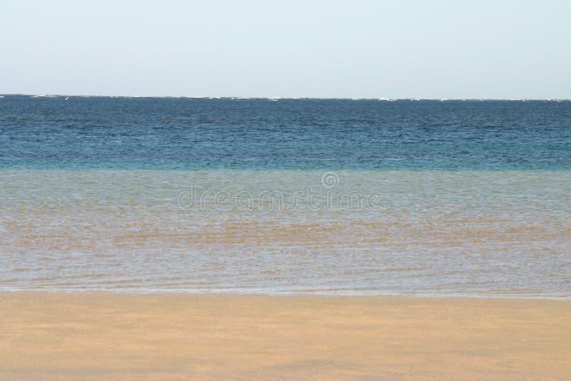 stillsam sandig plats för strandhav royaltyfri bild