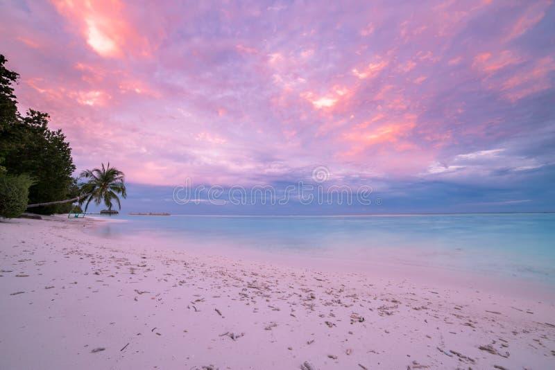 Stillsam strandsolnedgångplats Exotiskt tropiskt strandlandskap för bakgrund Design av begreppet för ferie för sommarsemester arkivfoton