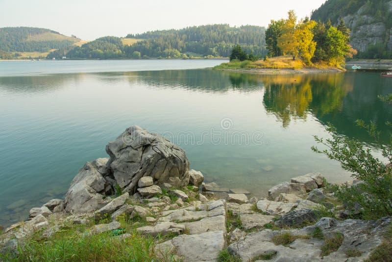 Stillsamt bergsjölandskap royaltyfri fotografi
