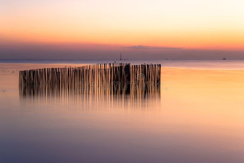Stillsamt bildfoto av solnedgång- eller aftontid på havet eller havet på smällbajset Samutprakan, Thailand royaltyfri fotografi