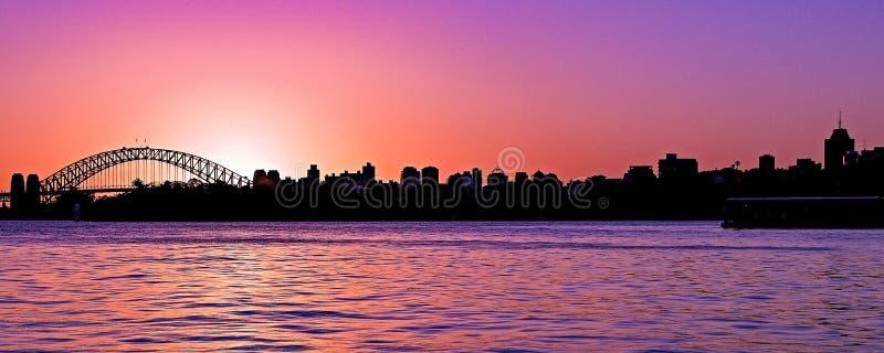 Stillsamt fridsamt magentafärgat färgat nimbostratusmoln, solnedgång sk royaltyfri foto