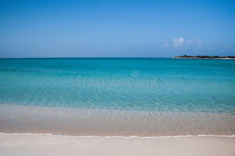 Stillsamt hav av turker och Caicos arkivbilder