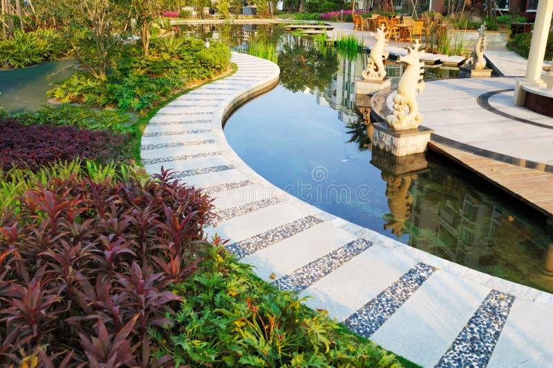 stillsamt trädgårds- damm royaltyfria foton