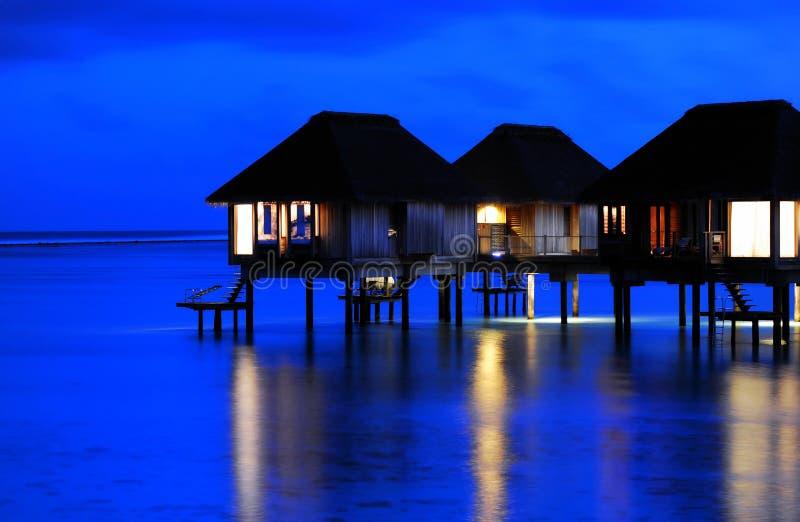 stillsamt villavatten för natt royaltyfria bilder