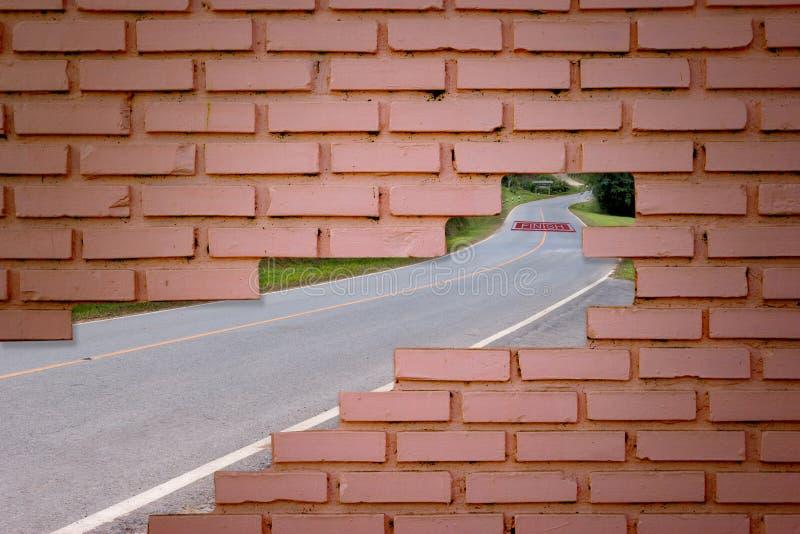 Stillstand mit Backsteinmauer und Straße lizenzfreie stockfotos