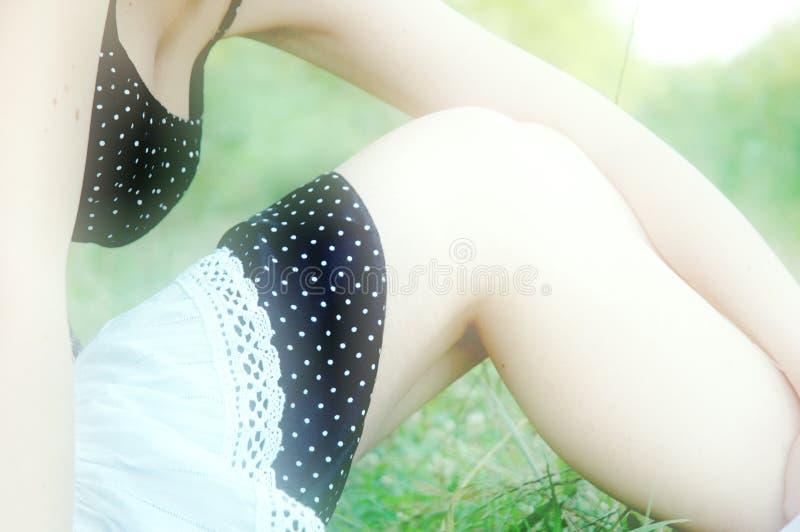 Stillstehen auf dem Gras.   lizenzfreie stockbilder