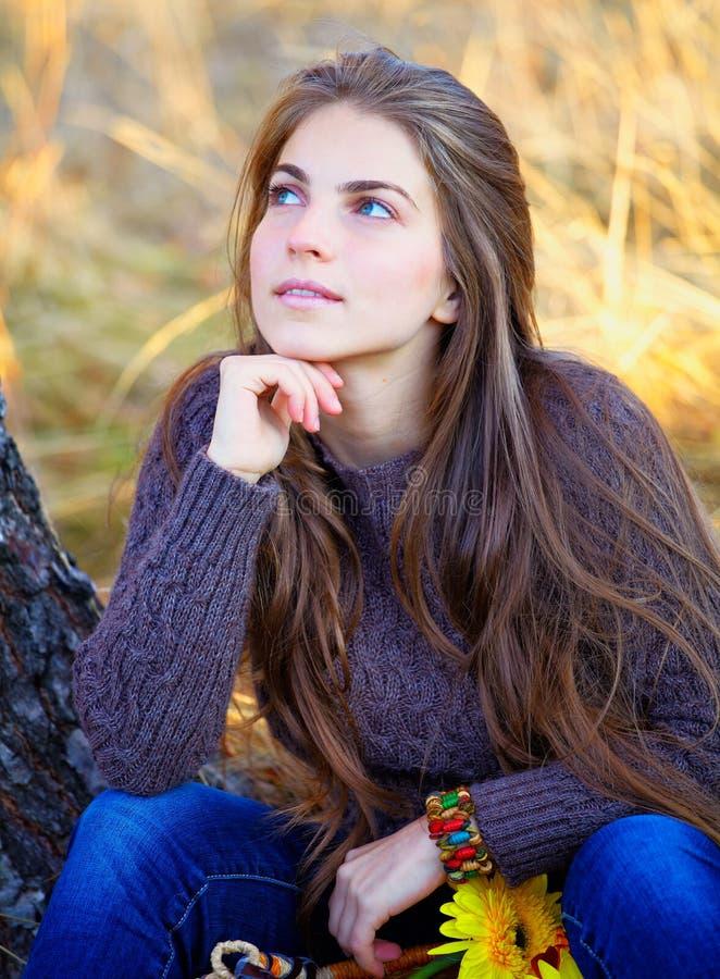Stillstehen der jungen Frau im Freien stockbild