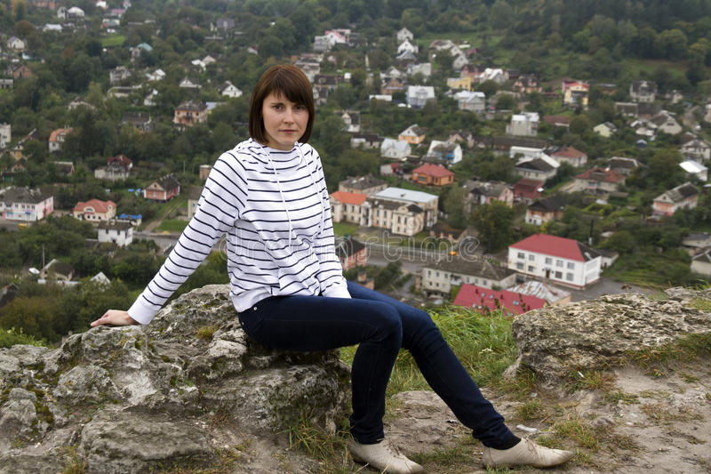 Frauenwanderer-Bergspitze lizenzfreies stockfoto