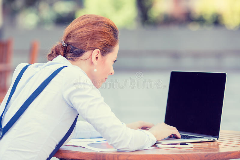Stillstehende Hände des Geschäftsfrau-Unternehmers auf der Tastatur, die auf Computerlaptopschirm schaut stockfoto