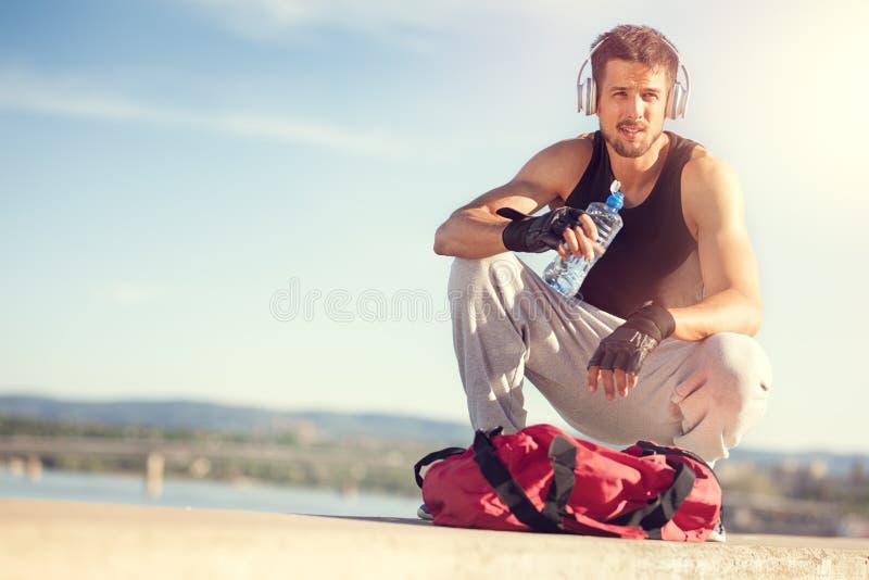 Stillstehender folgender Fluss des jungen Mannes nach Training lizenzfreies stockfoto