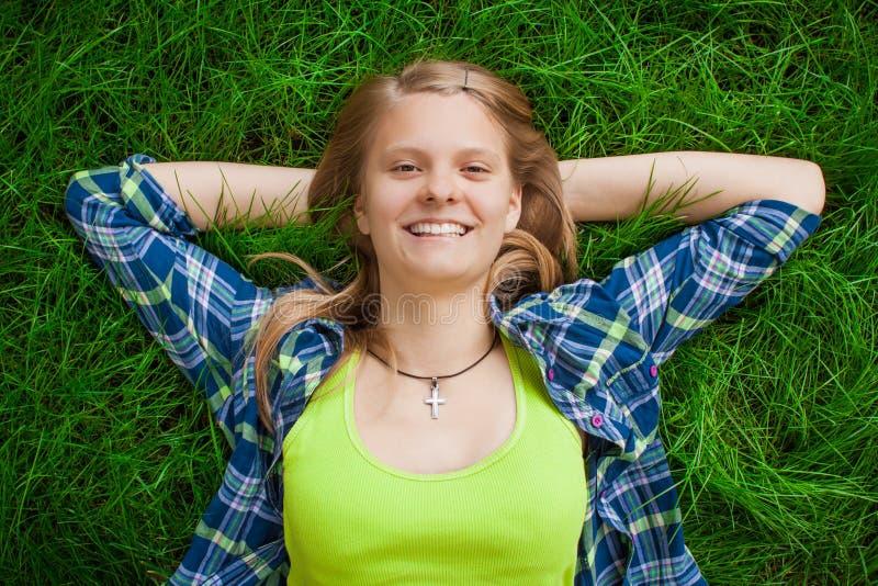Stillstehendes glückliches Mädchen stockfotos