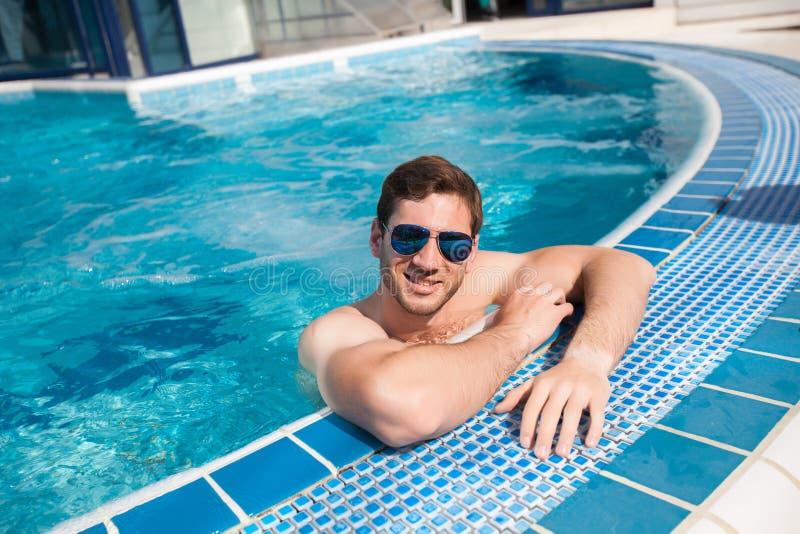 Stillstehendes Pool des Mannes im Sommer lizenzfreies stockbild