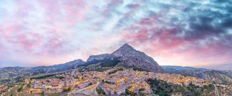 Stilo från luften, panoramautsikt på solnedgången - Calabria, Italien royaltyfria bilder