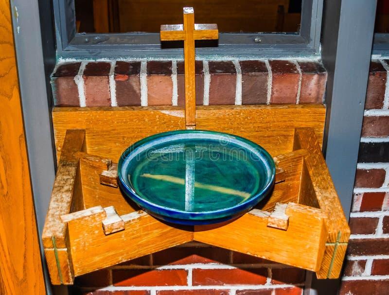 Stilsort för heligt vatten i kyrka arkivbild