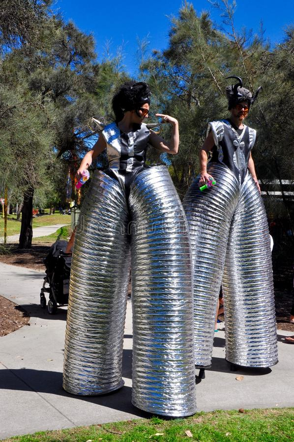 Stilt piechurzy: Królewiątko Parkowy Czarodziejski festiwal obrazy royalty free
