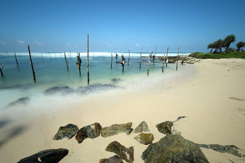 Stilt rybacy w zmierzchu przy Koggala w Sri Lanka obraz stock