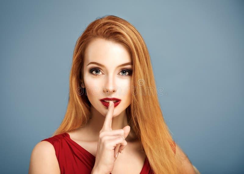 stilte Sexy Vrouw met Vinger op haar Lippen stock foto's