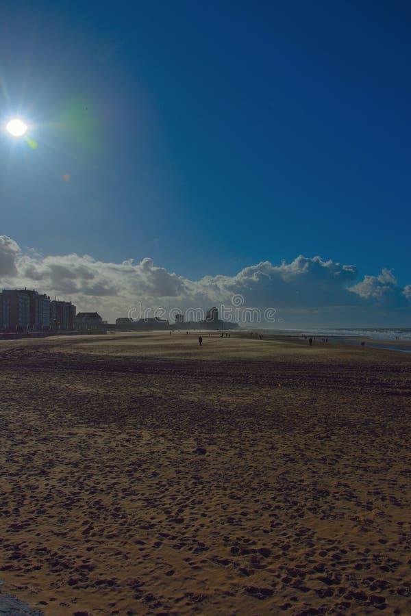 Stilte vóór het onweer bij een bijna leeg strand royalty-vrije stock foto's
