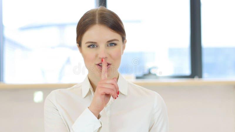 Stilte, Vinger op Lippen van Vrouw in Bureau royalty-vrije stock foto