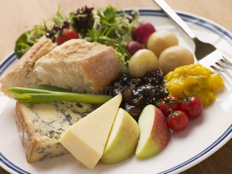 Stilton e Ploughman maduro do queijo Cheddar imagens de stock royalty free