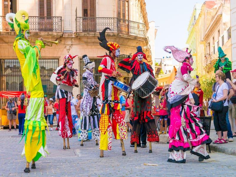 Stiltwalkers tanczy dźwięk kubańska muzyka w Hawańskim obraz royalty free