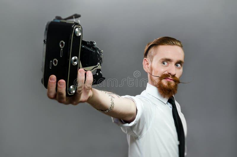 Stilvoll macht der Kerl mit dem Bart selfie lizenzfreies stockbild