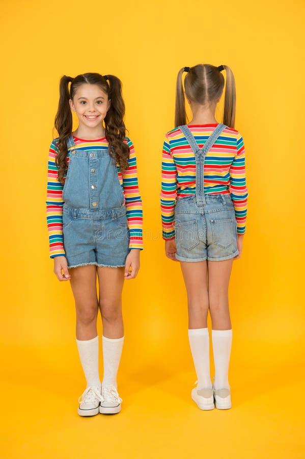 Stilvoll und zuversichtlich kleiner, gelber Hintergrund Friseursalon Kindersommermode Schönheit und Stil lizenzfreie stockbilder