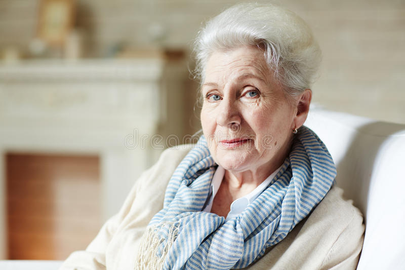 Stilvolle ältere Frau lizenzfreie stockfotos